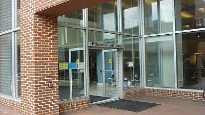 Walter Royal Davis Library entrance, University of North Carolina, Chapel Hill. Credit: Bbfd/Wikimedia Commons.