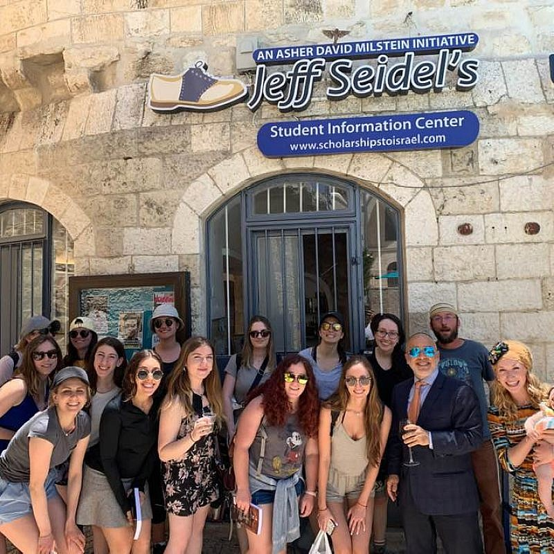 Jeff Seidel with students outside of his Student Information Center in Jerusalem. Credit: Jeff Seidel via Facebook.