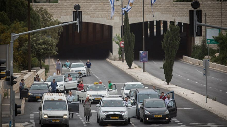 Israelis stand still during a two-minute siren in Jerusalem in memory of the 6 million Jews murdered in the Holocaust, on May 2, 2019. Photo by Hadas Parush/Flash90.