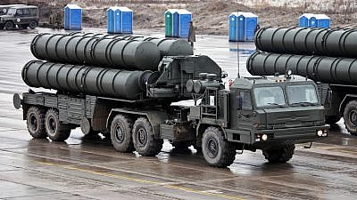 S-400 Triumf anti-aircraft weapon system transporter erector launcher. Credit: Wikimedia Commons.