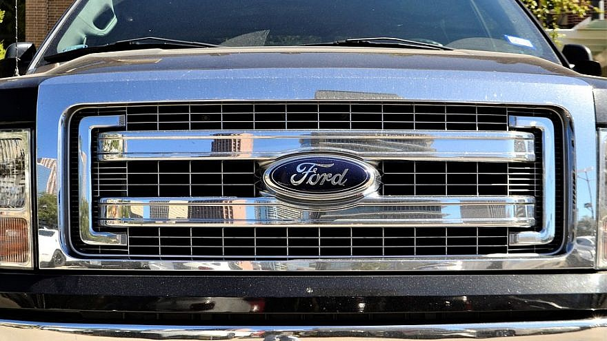 Grill Windshield Ford F150. Credit: Pixabay.