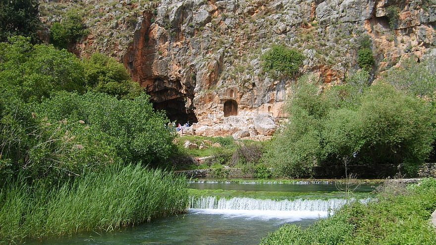 Spring of the Banias River, one of the main tributaries  of the Jordan River. In the background Pan's cave, in which the river originated in ancient times until an earthquake blocked it. Credit: Wikimedia Commons.