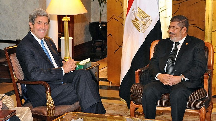 Former U.S. Secretary of State John Kerry meeting with former Egyptian President Mohamad Morsi in 2013. Credit: Wikimedia Commons.