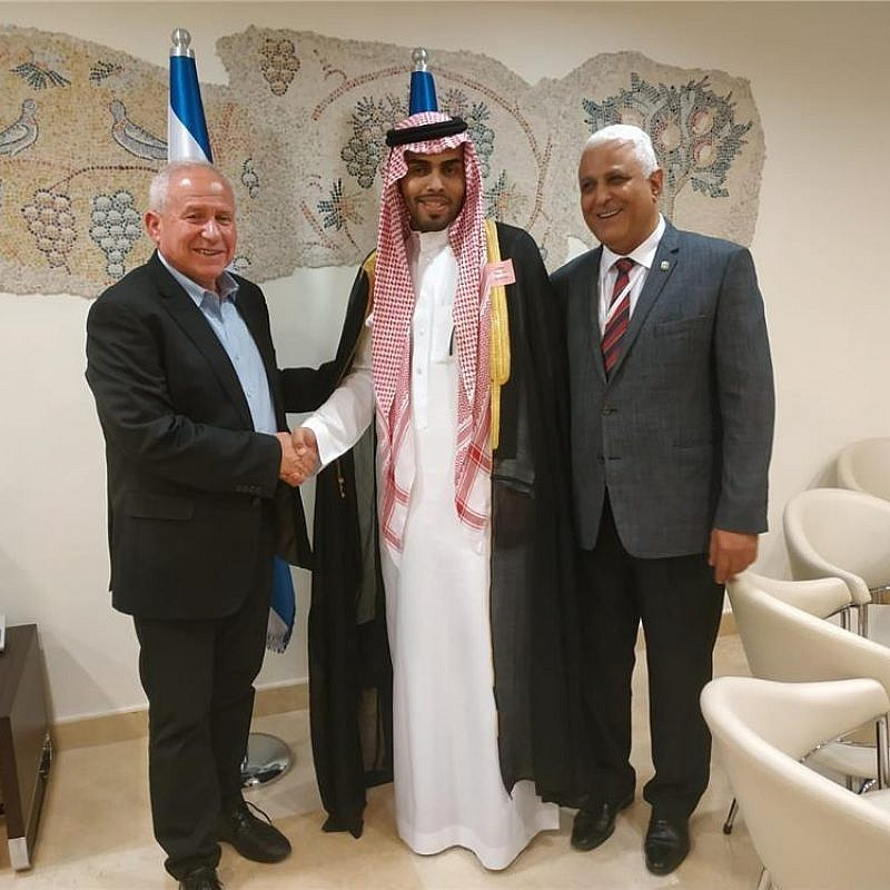 Saudi blogger Mahmoud Saud meets with the Knesset's Foreign Affairs and Defense Committee chairman MK Avi Dichter. Credit: Israeli Knesset.