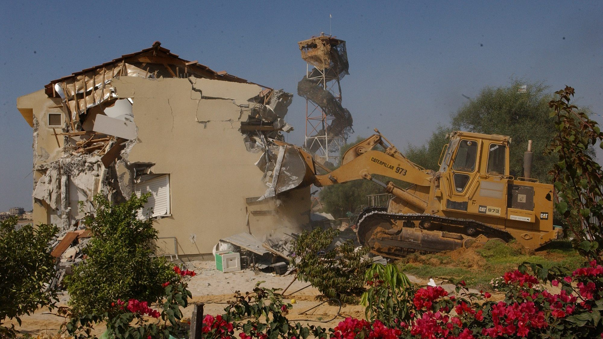 Demolition of Ganey Tal settlement in Gush Katif, Gaza, during Israel's disengagement. August 22, 2005. Photo by Yossi Zamir/Flash90.