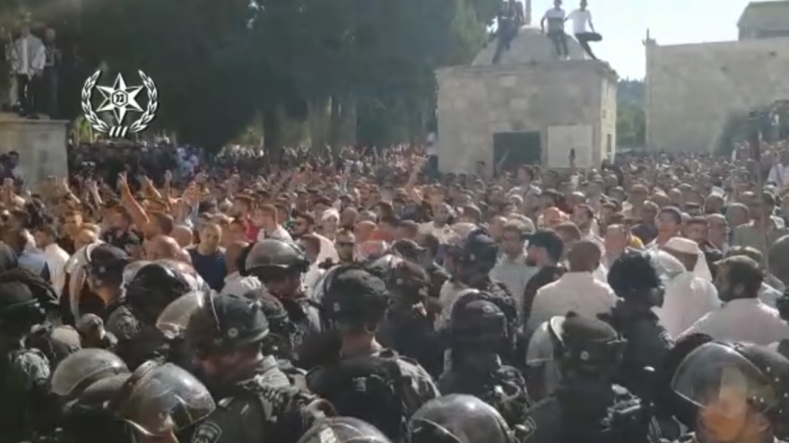 Thousands of Muslim worshippers confront Israeli police on the Temple Mount in protest against Jews assembling to enter the site for Tisha B'Av, a holiday marking the destruction of the two Temples. Aug. 11, 2019. Source: Screenshot.