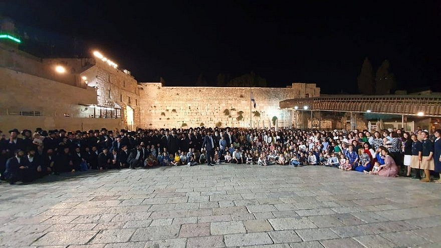 The 400 descendants of Holocaust survivor Shoshana Ovitz, 104, who gathered together at the Western Wall in Jerusalem to fulfill her birthday wish, July 2019. Source: Twitter.