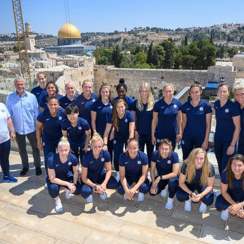 Chelsea F.C. Women at the Western Wall in Jerusalem, together with team manager Emma Hayes (far left) and Chelsea F.C. owner Roman Abramovich, Aug. 19, 2019. Credit: Shahar Azran/Chelsea FC.