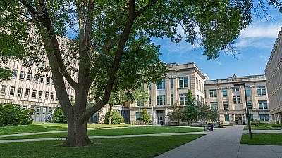 Courtyard between the University of Iowa Sciences Library and Biology Building on Iowa Avenue in Iowa City, Iowa. Credit: Wikimedia Commons.