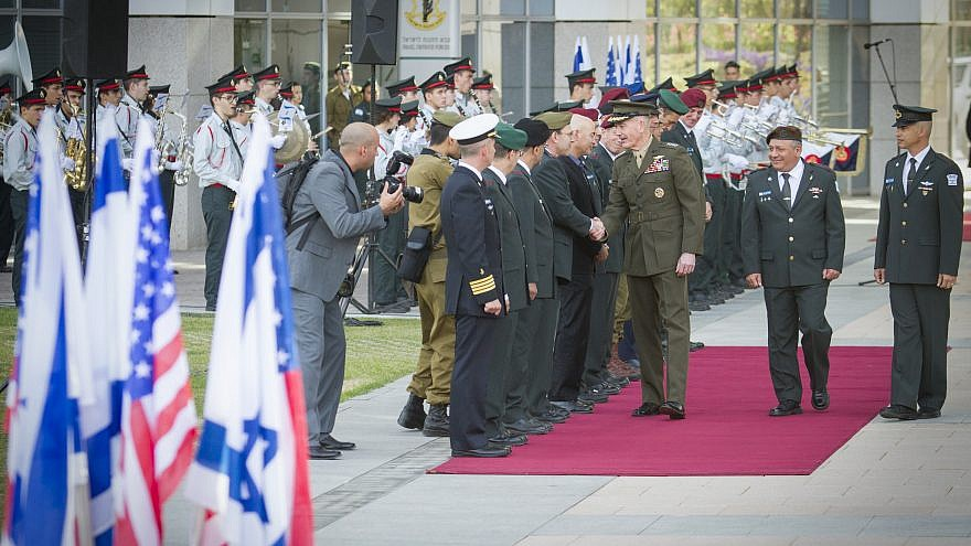 Israeli Chief of Staff Gadi Eizenkot and U.S. Joint Chiefs of Staff Joseph Dunford at a welcoming ceremony in Dunford's honor at the Ministry of Defense in Tel Aviv, May 09, 2017. Photo by Flash90.