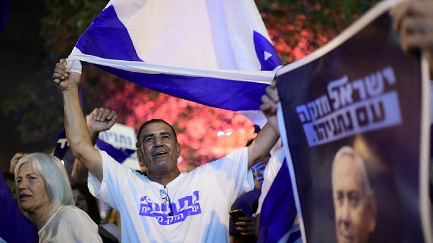 Israelis demonstrate in support of Benjamin Netanyahu outside the home of Attorney General Avichai Mandelblit ahead of the hearing on various corruption cases involving the prime minister, Oct. 1, 2019. Photo by Tomer Neuberg/Flash90.