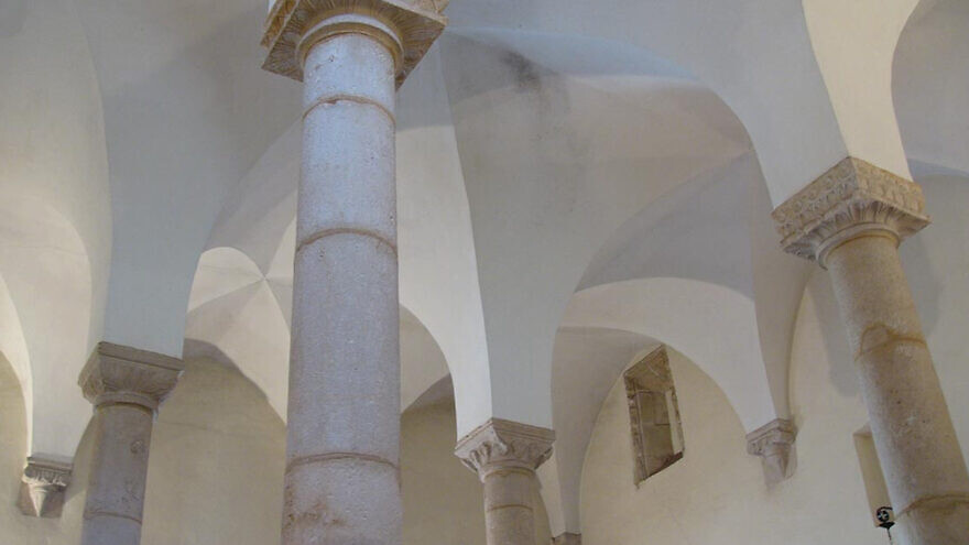 The four pillars of the Synagogue of Tomar, Portugal. Credit: Wikimedia Commons.