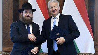 Chief Rabbi of EMIH–Association of United Hungarian Jewish Congregation Rabbi Shlomo Koves shakes hands with Hungarian Deputy Prime Minister Zsolt Semjén, Nov. 18, 2019. Credit: MTI.