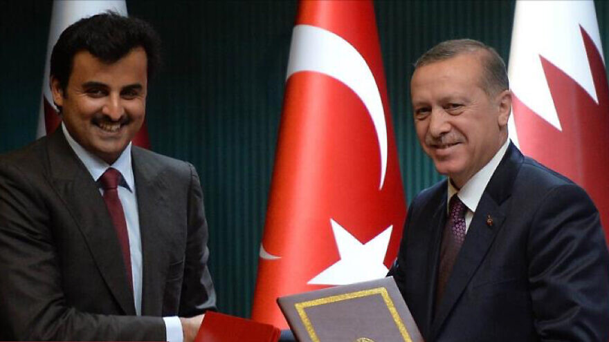 Turkish President Recep Tayyip Erdoğan and Qatari Emir Tamim bin Hamad Al Thani sign a mutual defense agreement in 2014. Source: aljazeera.net.