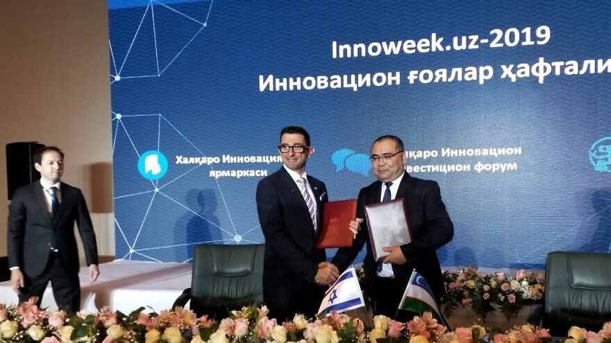 Watergen vice president of marketing and sales Michael Rutman (left) and Uzbekistan's Minister of Innovation Ibrohim Abdurakhmonov signed a memorandum of understanding to improve the availability of clean drinking water using the company's technology, October 2019. Credit: Watergen.