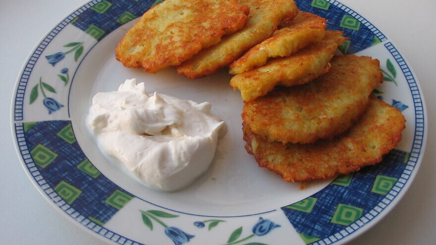 Latkes with sour cream. Credit: Wikimedia Commons.