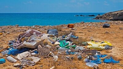 Garbage and plastic bottles on the beach. Credit: Pixabay.