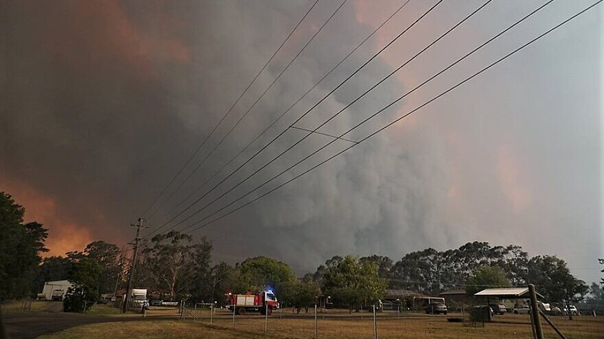 Firefighters move into Braddocks Road at Werombi to protect properties from the raging Green Wattle Creek brush fire in South West Sydney on Dec. 6, 2019. Credit: Wikimedia Commons.
