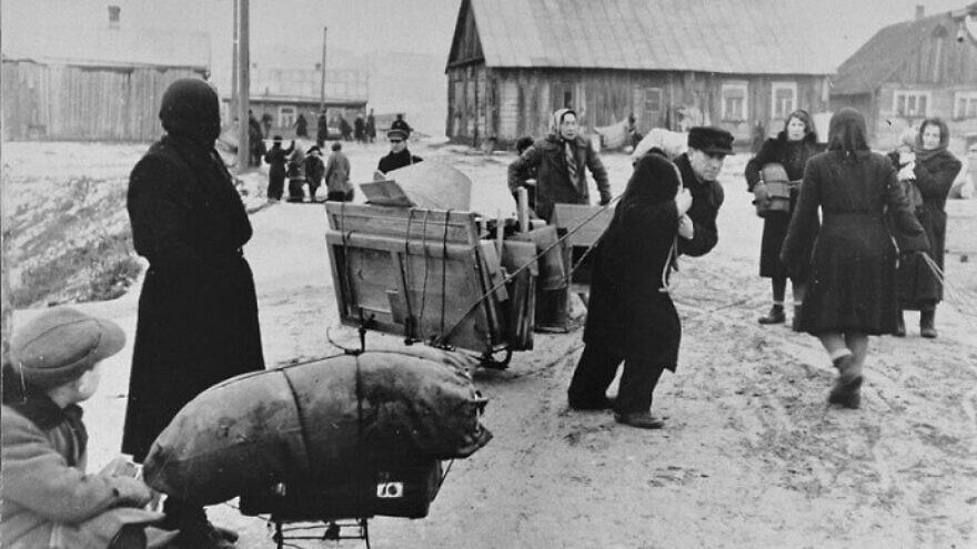 Jews move their belongings into the Kovno Ghetto. Source: United States Holocaust Memorial Museum in Washington, D.C. (Courtesy of George Kadish/Zvi Kadushin)