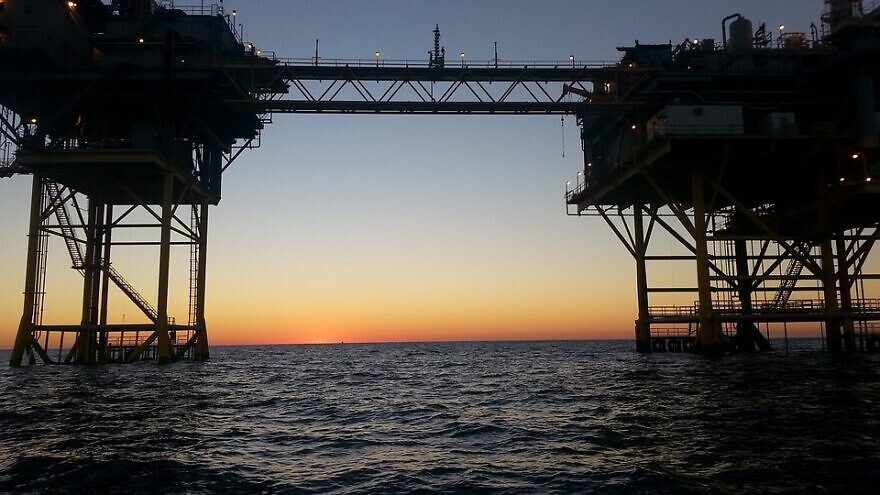 Natural-gas rigs in the Persian Gulf. Now, in game-changing circumstances, the State of Israel will produce and export fuel. Credit: Pixabay.