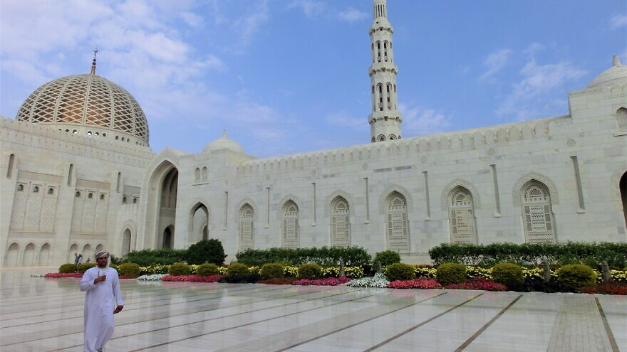The Grand Mosque of Sultan Qaboos, leader of Oman. Credit: Wikimedia Commons.