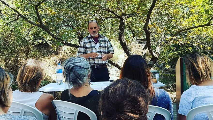 Peretz Gan, chairman of the Israeli Medicinal Plant Society (EILAM), leads a lecture on turmeric. Source: Ancient Roots Israel via Facebook.