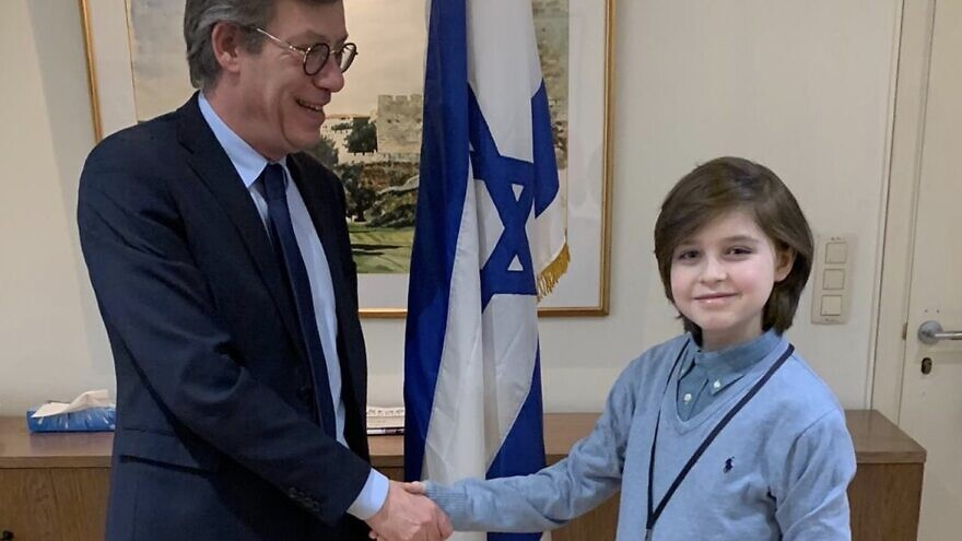 Laurent Simons of Belgium, who aims to create medical devices, recently met with Ambassador of Israel to Belgium and Luxembourg Emmanuel Nahshon. Source: Twitter.