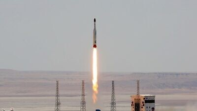 An Iranian Simorgh (Phoenix) orbital carrier rocket is launched from the Imam Khomenei Spaceport in Semnan Province, Iran, on July 27, 2017. Credit: Tasnim News Agency via Wikimedia Commons.