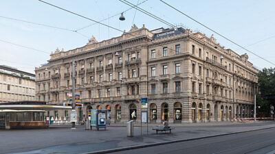 Credit Suisse headquarters at Paradeplatz in Zürich, Switzerland, July 24, 2013. Photo: Thomas Wolf via Wikimedia Commons.