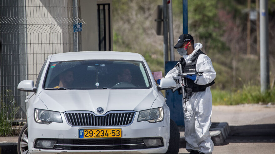 Israeli border police wear protective gear and masks at the Ein Yael Checkpoint, near the Jerusalem Biblical Zoo, March 11, 2020. Photo by Yonatan Sindel/Flash90