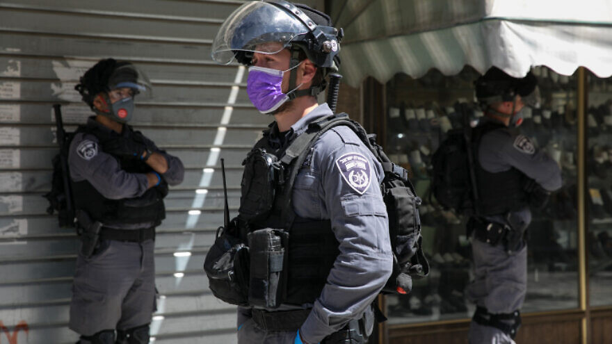 Israeli police officers seen in the ultra-Orthodox Jerusalem neighborhood of Me'a Shearim as they close shops and disperse public gatherings following the government decisions in an effort to contain the coronavirus pandemic, on March 29, 2020. Photo by Olivier Fitoussi/Flash90.