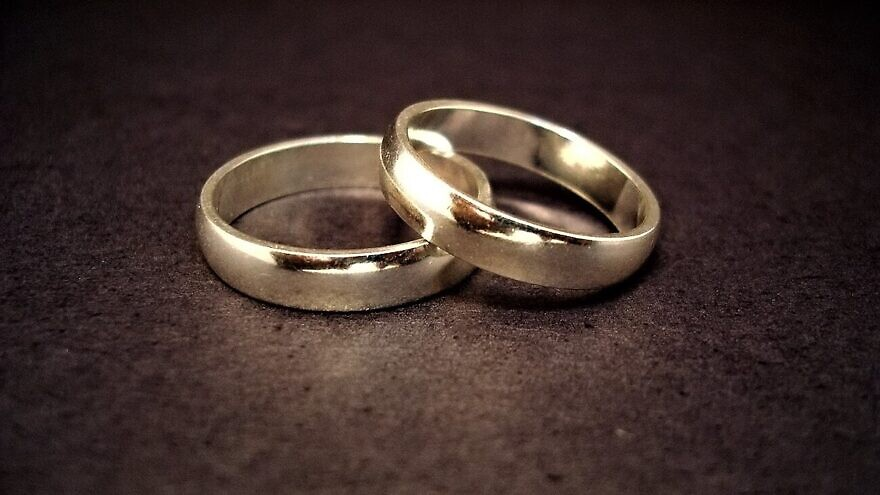 Wedding rings. Credit: Jeff Belmonte from Cuiabá, Brazil on Flickr via Wikimedia Commons.