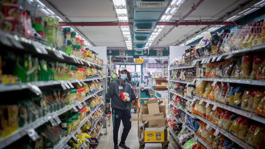 A supermarket in Jerusalem on April 2, 2020. Photo by Yonatan Sindel/Flash90.
