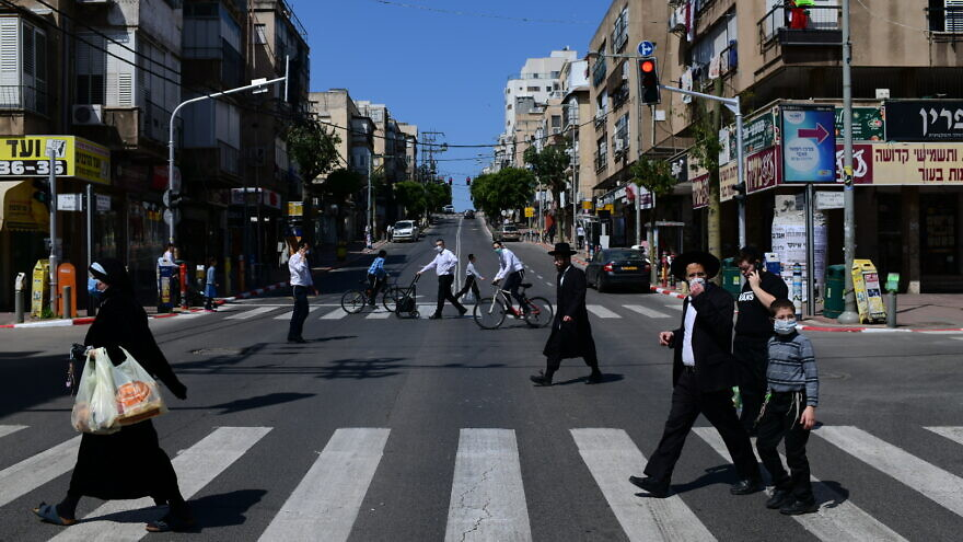 Citizens are required to wear face masks throughout Israel in order to prevent themselves and others from contracting the coronavirus, particurlarly in the population-concentrated haredi Jewish city of Bnei Brak. April 3, 2020. Photo by Tomer Neuberg/Flash90.