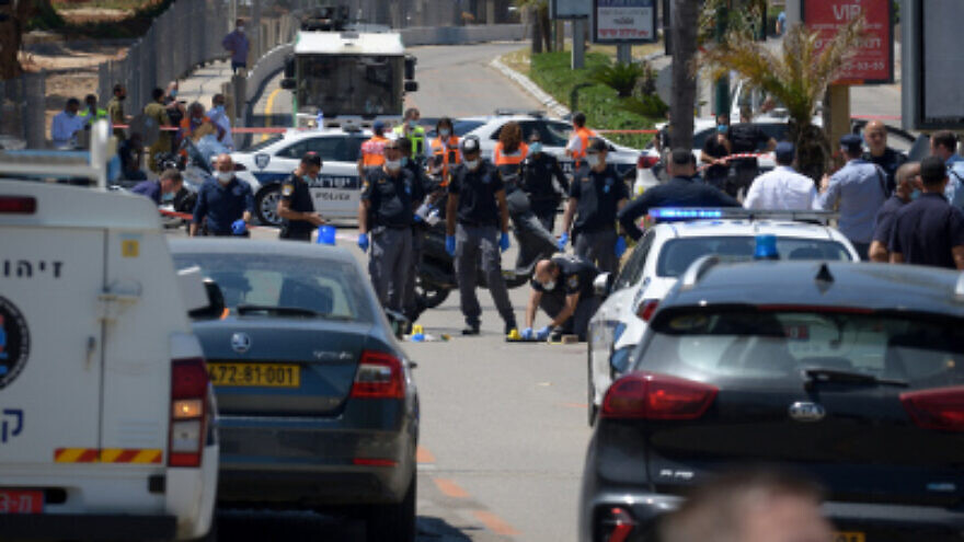 Israeli police and forensic teams at the scene of a suspected terrorist attack in Kfar Saba in which a 62-year-old woman was wounded, on April 28, 2020. Photo by Gili Yaari/Flash90.