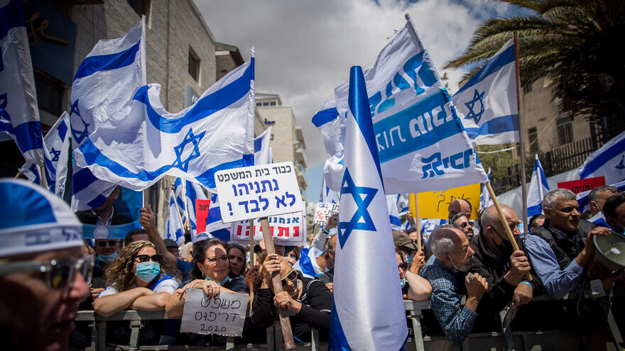 Right-wing activists demonstrate outside of the District Court in Jerusalem in support of Israeli Prime Minister Benjamin Netanyahu, on trial for criminal allegations of bribery, fraud and breach of trust, May 24, 2020. Photo by Yonatan Sindel/Flash90.