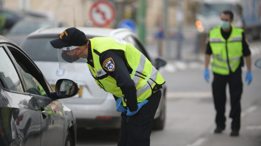 A temporary police checkpoint at the entrance to the city of Bnei Brak as part of Israel's effort to prevent the spread of COVID-19, March 31, 2020. Photo by Gili Yaari/Flash90.