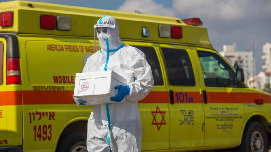 Magen David Adom medical workers perform COVID-19 tests at a drive-through site in Lod, on July 10, 2020. Photo by Yossi Aloni/Flash90.