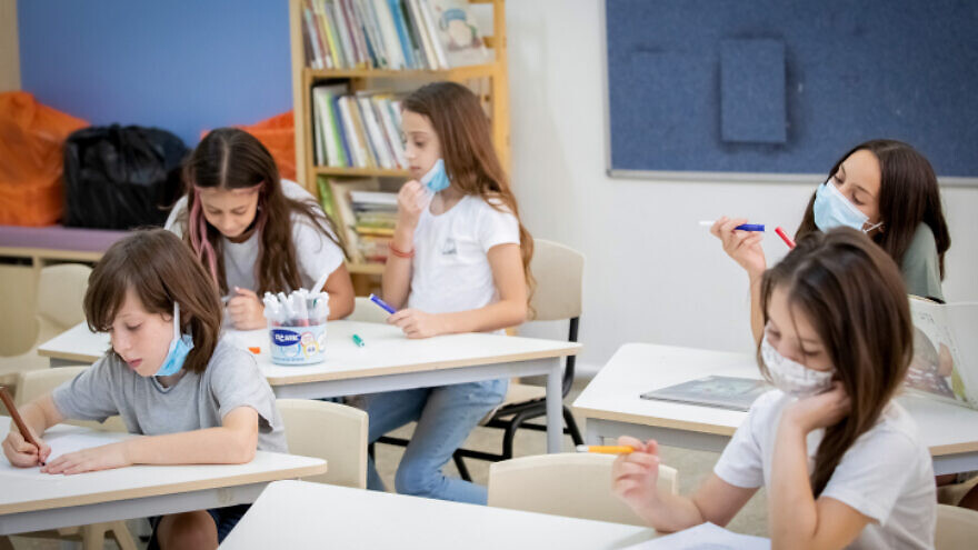 Illustration of Israeli students wearing protective face masks, in order to prevent the spread of the Coronavirus, in a school in Tel Aviv. AUgust 23, 2020. Photo by Chen Leopold/FLASH90