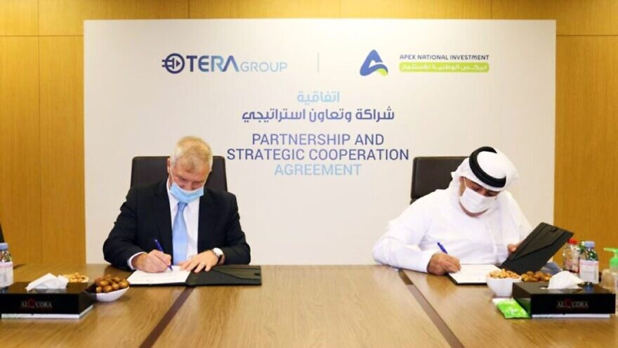 TeraGroup chairman and CEO Oren Sadiv (left) signs a research deal with Khalifa Yousef Khouri, chairman of APEX National Investment, in Abu Dhabi. Photo courtesy of WAM Emirates News Agency.