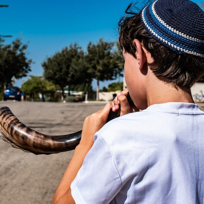 Blowing shofar to herald in the Jewish New Year. Credit: Pixabay.