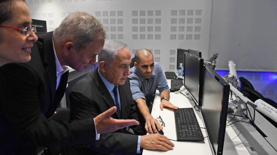 Israeli Prime Minister Benjamin Netanyahu visits the National CERT at the cyber park in Beersheva on July 27, 2017, with Buki Carmeli, head of the National Cyber Defense Authority, and  Eviatar Matania, head of the National Cyber Bureau in the Prime Minister's Office. Photo by Kobi Gideon/GPO.