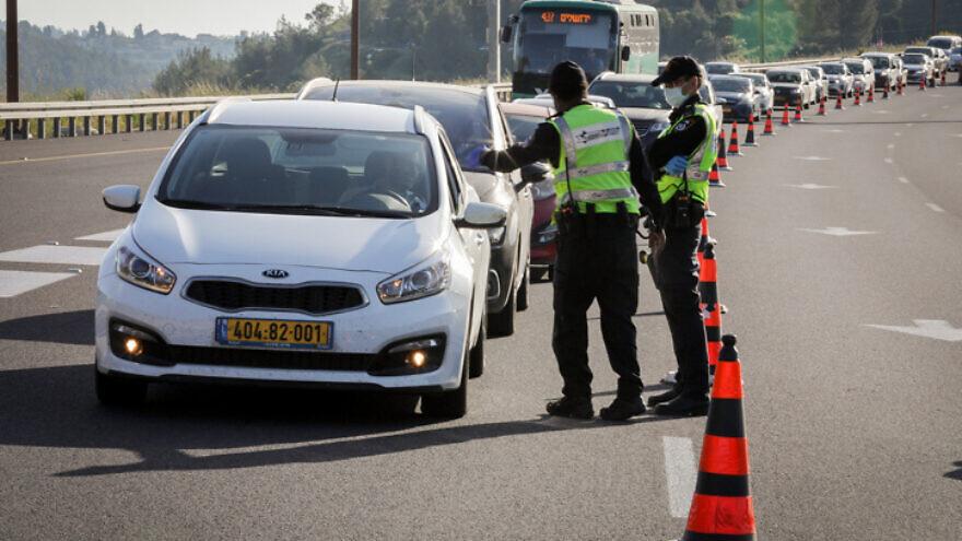Israeli police guard at a roadblock near Jerusalem on April 28, 2020. Photo by Nati Shohat/Flash90.