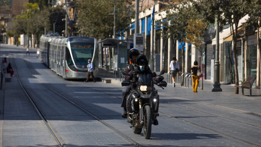 Israeli police officers patrol Jaffa Street in downtown Jerusalem on Oct. 7, 2020, during a nationwide lockdown to prevent the spread of COVID-19. Photo by Nati Shohat/Flash90.