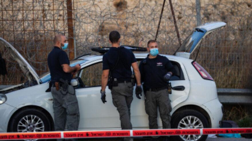 Des officiers de police israéliens et une unité d'escouade anti-bombe sur les lieux d'une tentative d'attaque par percussion à un point de contrôle près de Ma'aleh Adumim, le 25 novembre 2020. Photo de Yonatan Sindel / Flash90.