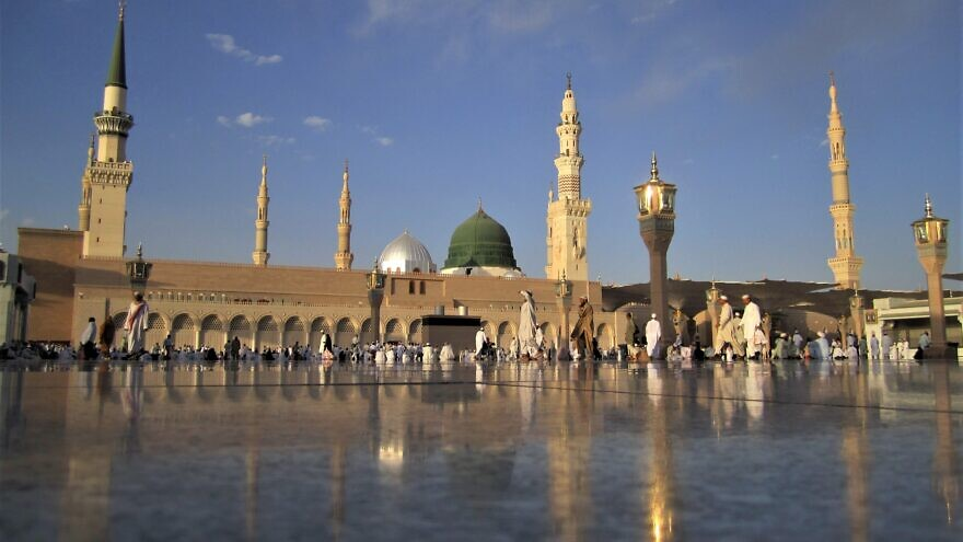The Mosque of the Prophet in Medina. Saudi Arabia, containing the tomb of Muhammad. Credit: Wikimedia Commons.