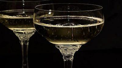 Champagne glasses. Credit: Pixabay.