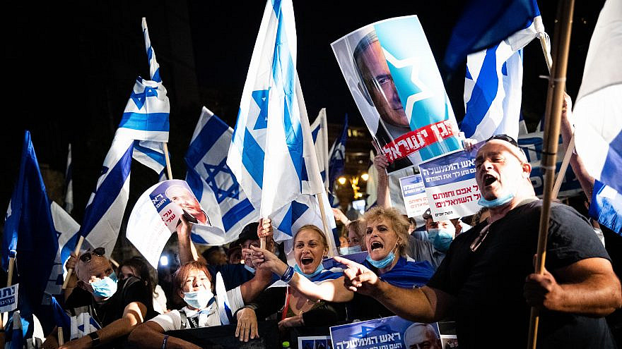 Right-wing activists and supporters of Israeli Prime Minister Benjamin Netanyahu rally outside his Jerusalem residence on Aug. 20, 2020. Photo by Yonatan Sindel/Flash90.