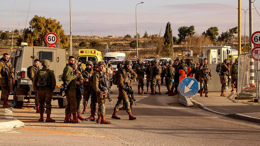 Israeli security forces near the scene of the attempted stabbing attack in the Gush Etzion Junction on Jan. 31, 2021. Photo by Gershon Elinson/Flash90.