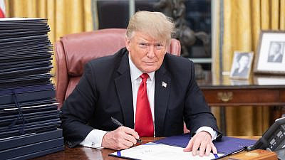 U.S. President Donald Trump at his desk in the White House, Dec. 21, 2018. Credit: Shealah Craighead/White House.